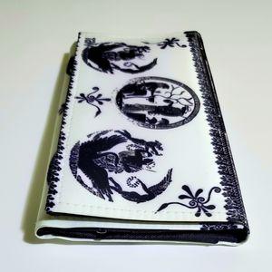 Tani, elegant white and black wallet.